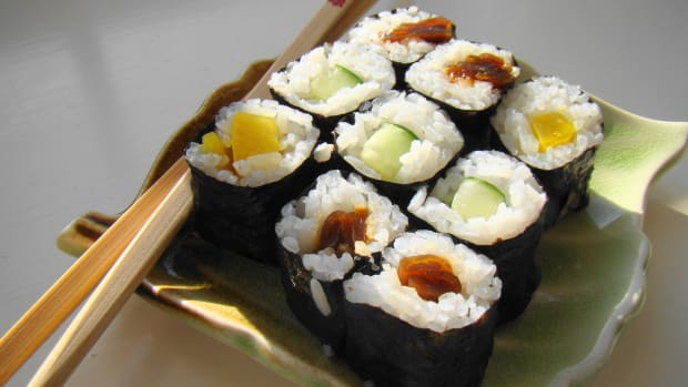 Maki_Sushi_Lunch_on_green_leaf_plate.jpg