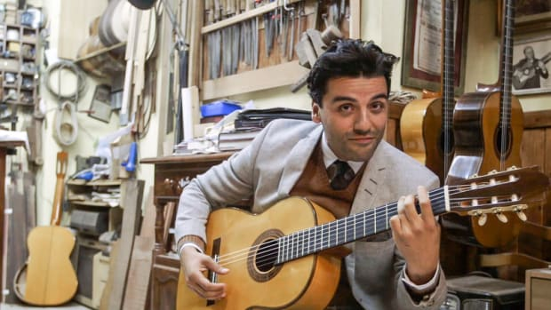 oscar-isaac-guitar-1.jpeg