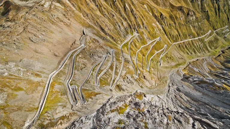 20 Breathtaking Photos of Porsches Ripping Through the Alps