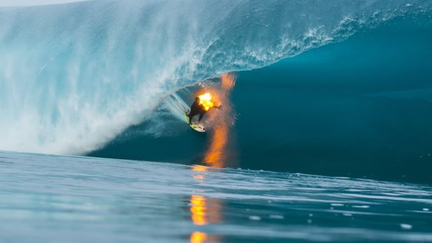 jamie-o-brien-surfs-teahupo-o-on-fire.jpg