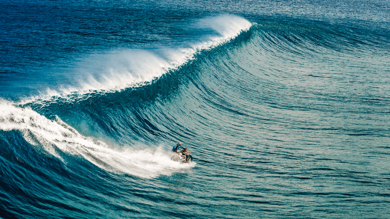 15 Incredible Photos Of A Dude Riding A Dirt Bike On Water