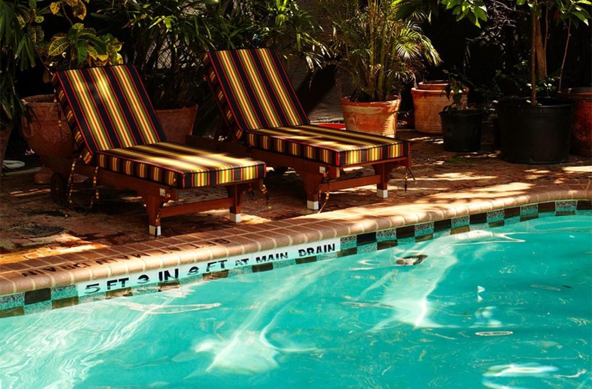 pool-no-girls-960x630