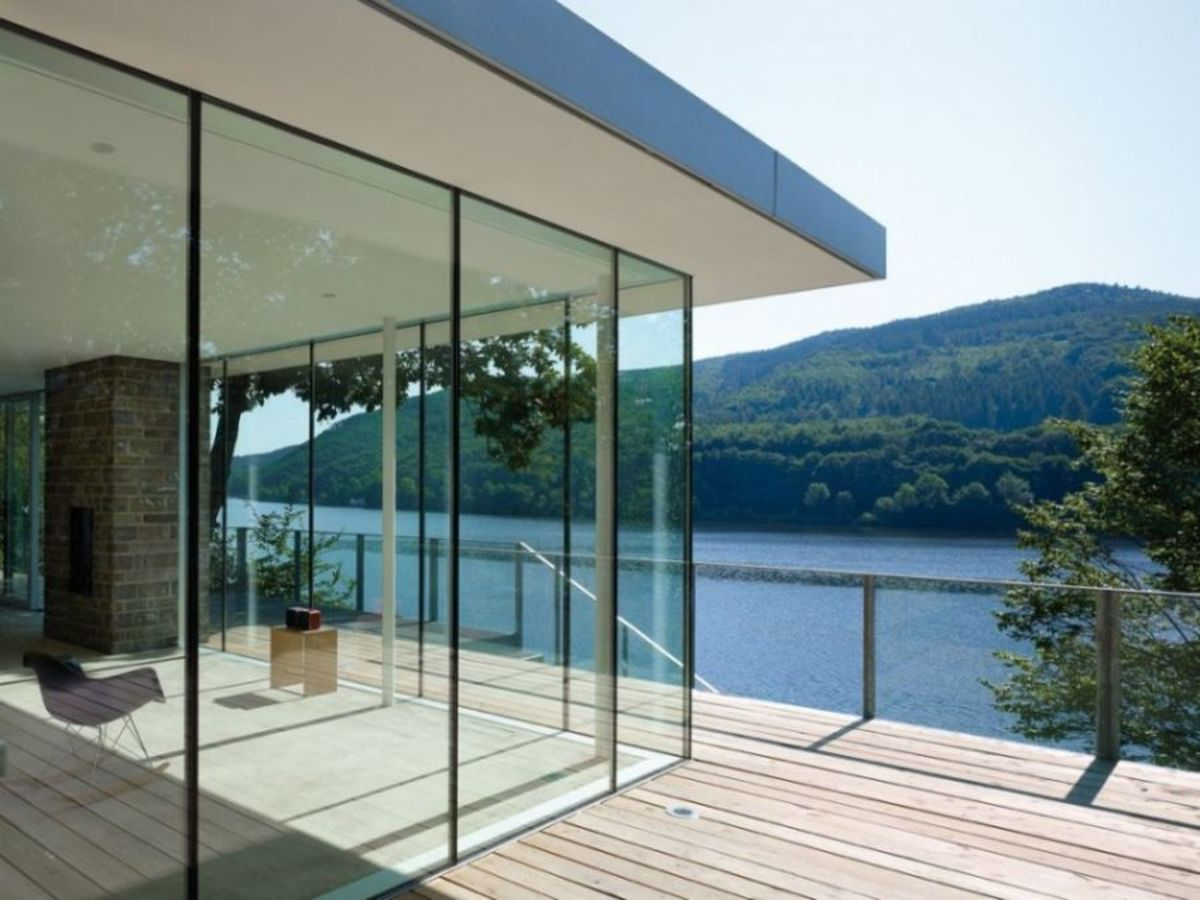 Lovely-glass-walls-of-lake-house-offer-unabated-views