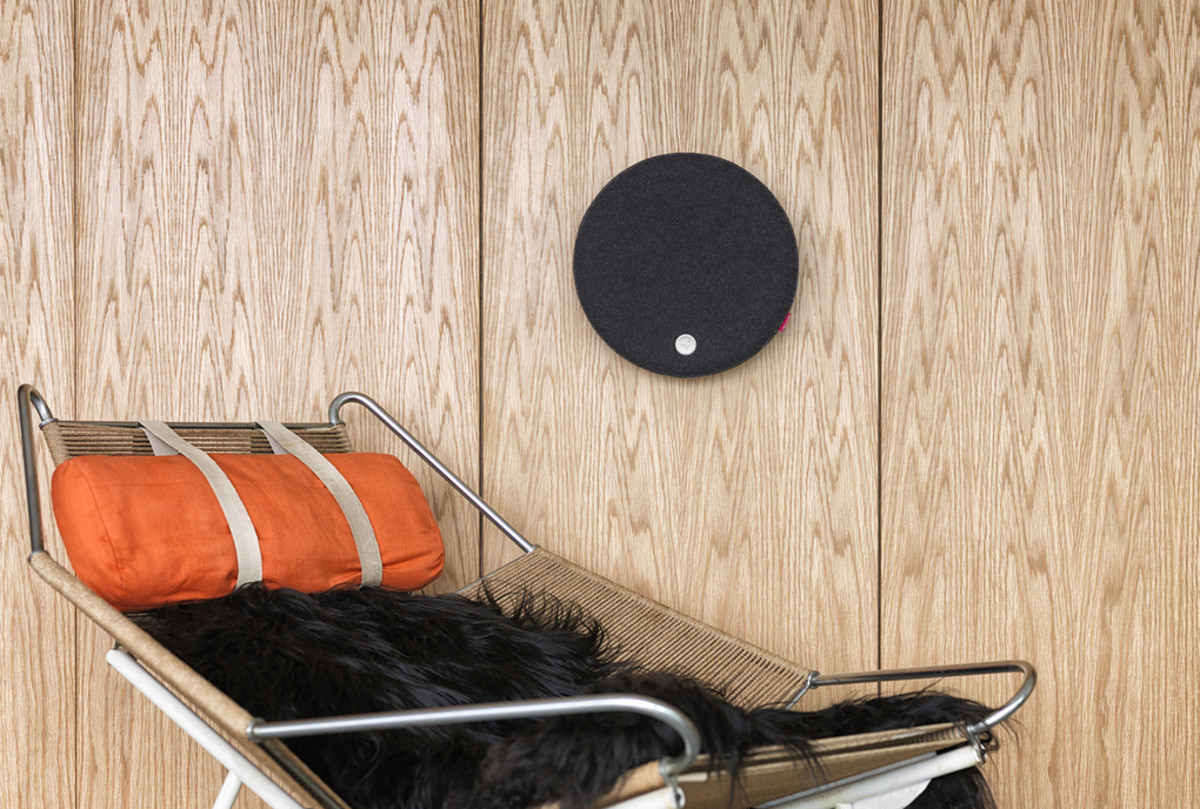 Libratone_Loop_PepperBlack_Wall_verge_super_wide