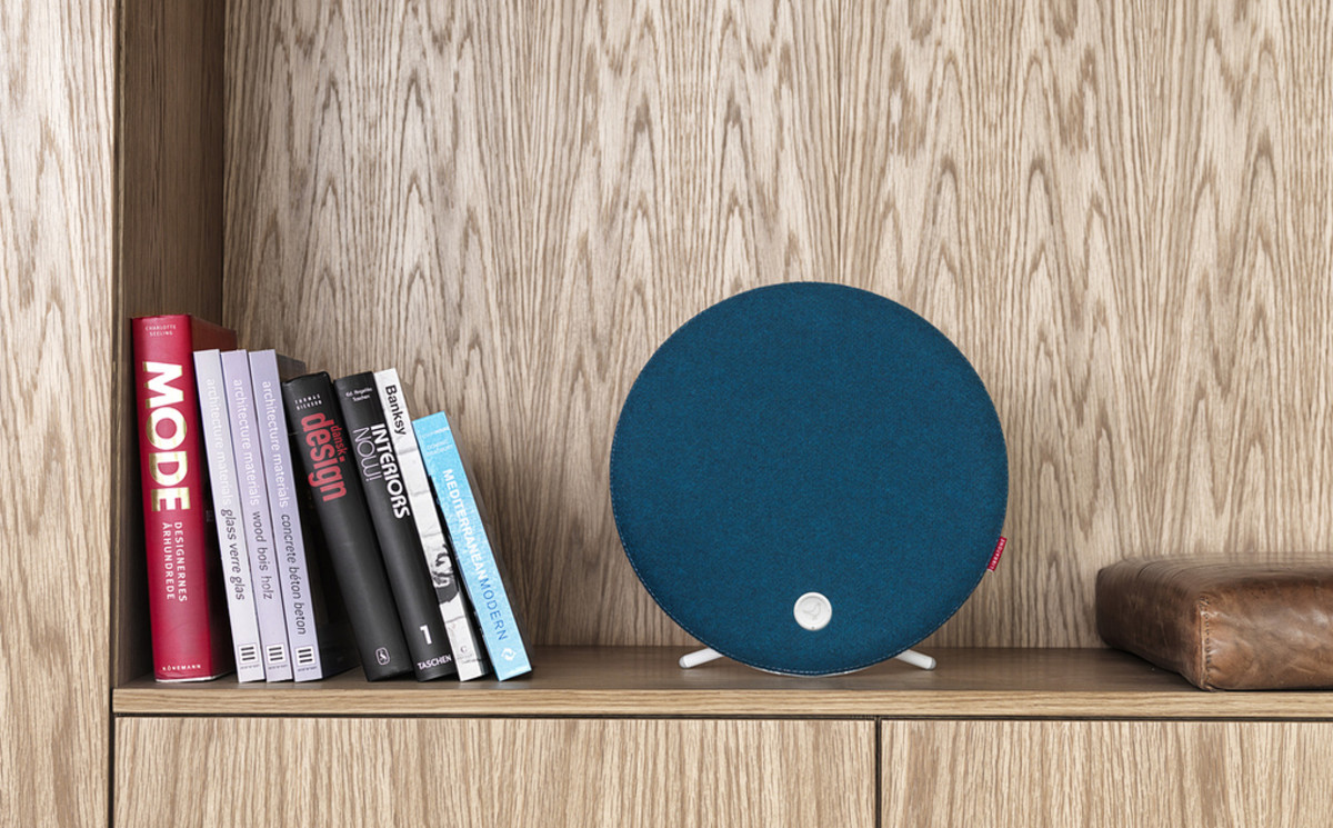 Libratone_Loop_PetrolBlue_Shelf_verge_super_wide