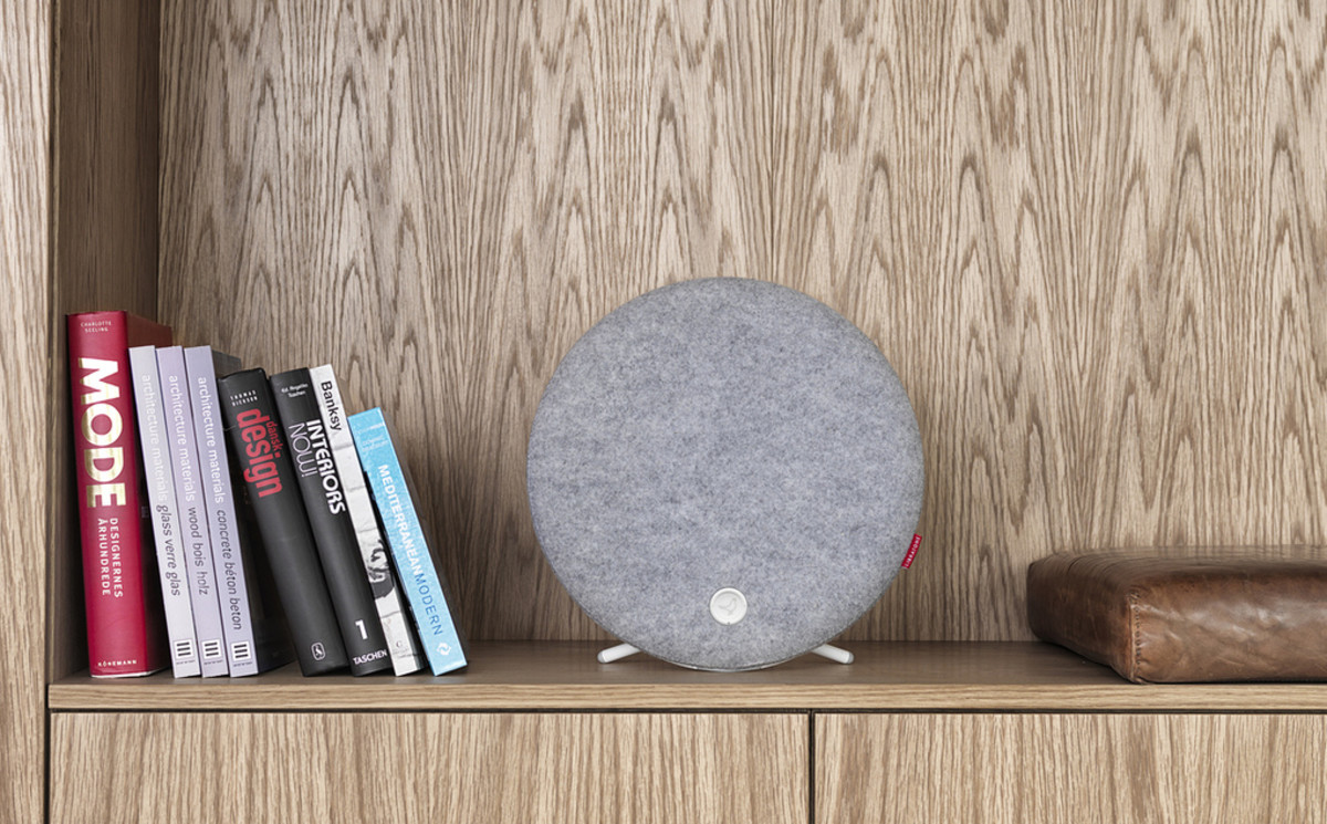 Libratone_Loop_SaltyGrey_Shelf_verge_super_wide