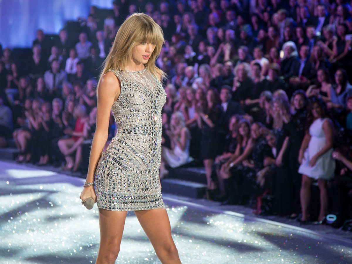 fans-were-overjoyed-when-taylor-swift-took-the-stage-in-a-sparkly-gown