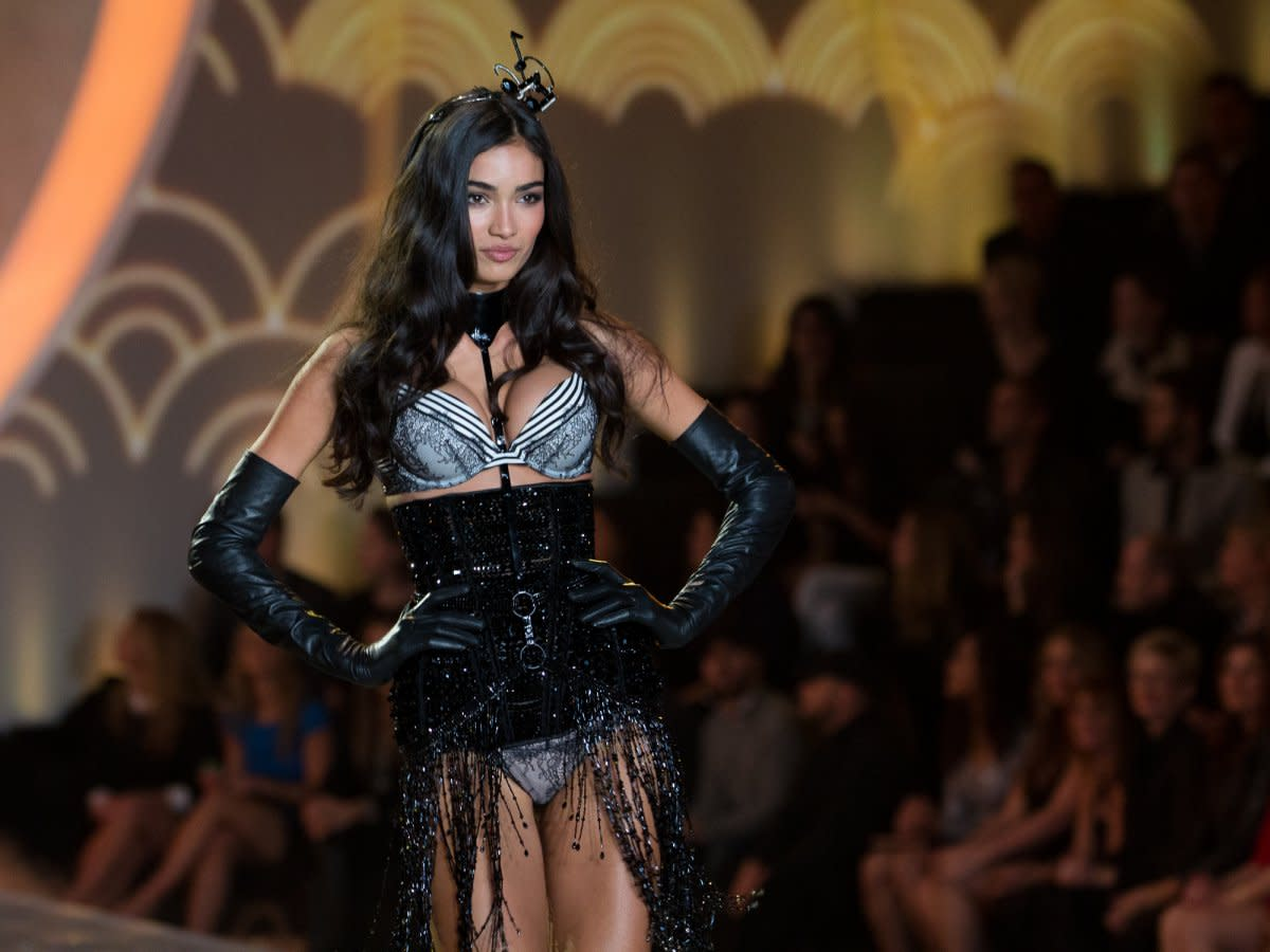 this-model-wears-an-outfit-for-the-midnight-in-paris-segment