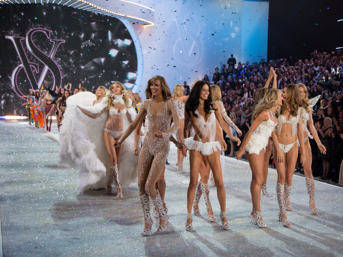 they-danced-as-a-flurry-of-fake-snow-fell-on-the-audience