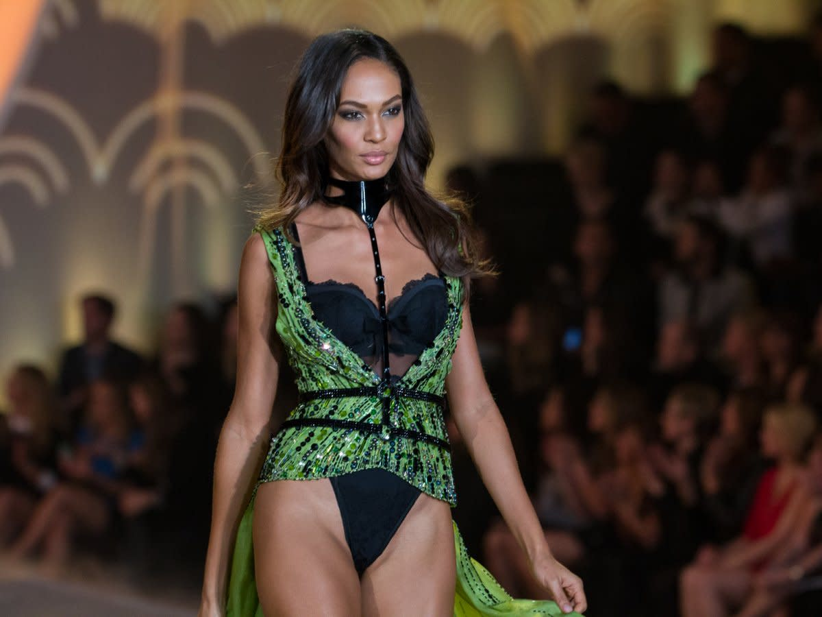 popular-model-joan-smalls-appeared-in-the-show