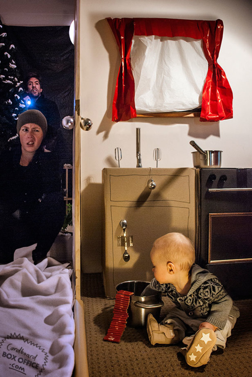 homealone-parents-recreate-movie-scenes-with-baby-son-and-cardboard