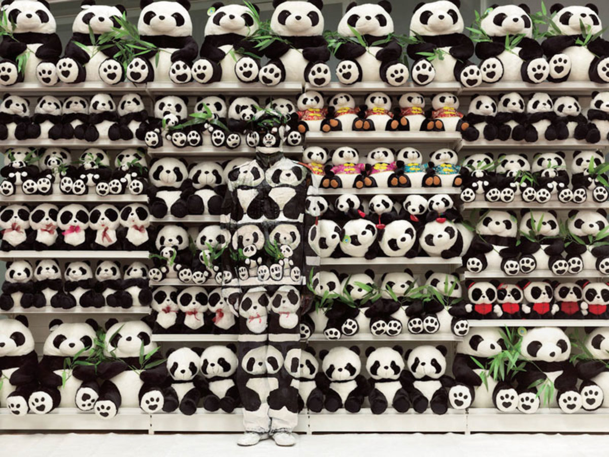 liu-bolin-art-hi-res-hide-in-the-city-china-camouflage-painting-23