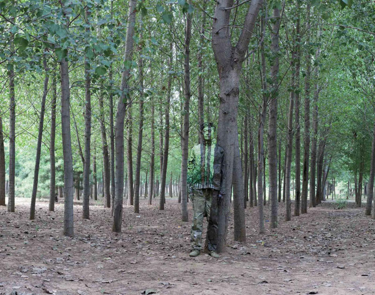 liu-bolin-art-hi-res-hide-in-the-city-china-camouflage-painting-17