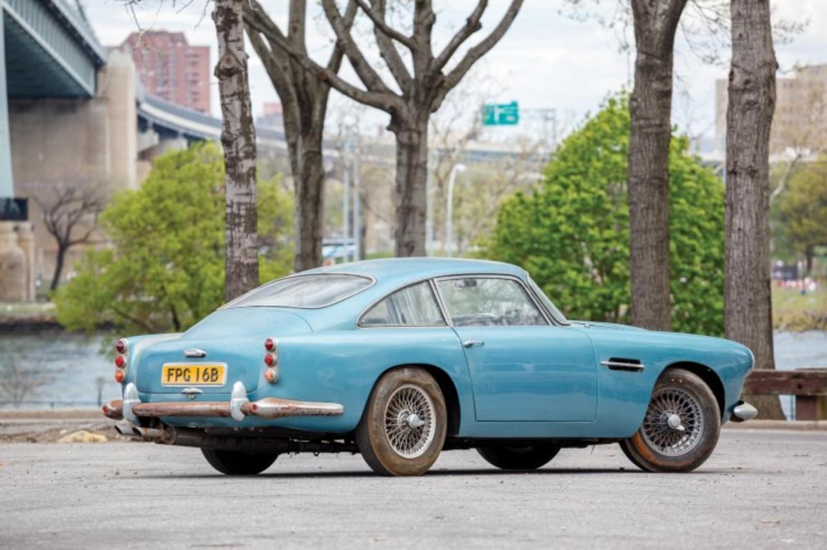 Aston_Martin_DB4_2-740x493