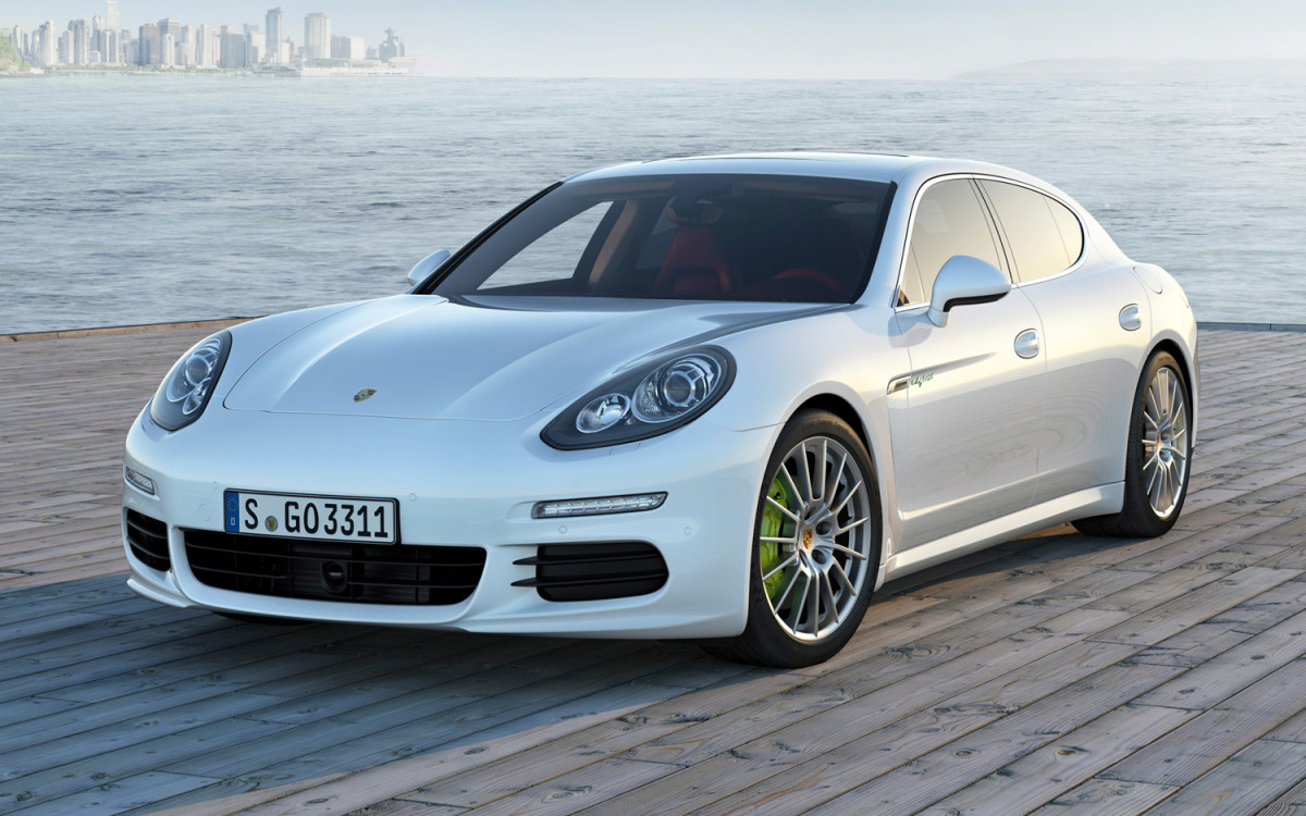 2014-Porsche-Panamera-S-E-Hybrid-front-three-quarter