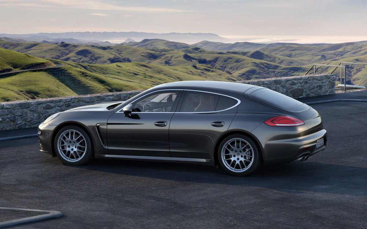 2014-Porsche-Panamera-4S-rear-three-quarter