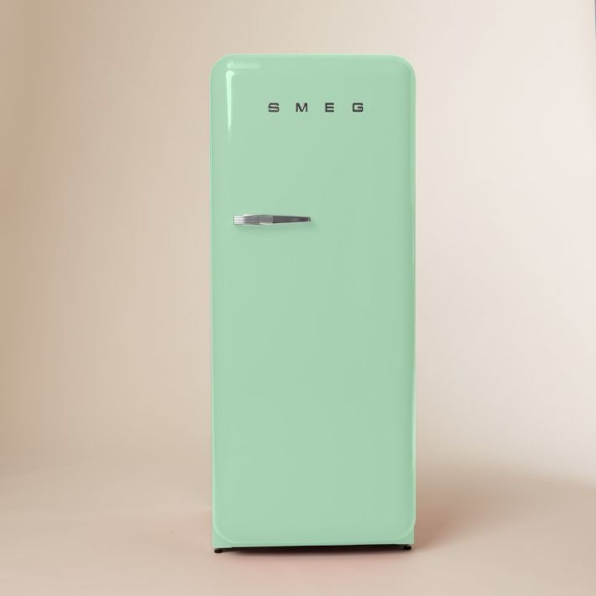 vintage inspired italian refrigerator by smeg airows. Black Bedroom Furniture Sets. Home Design Ideas
