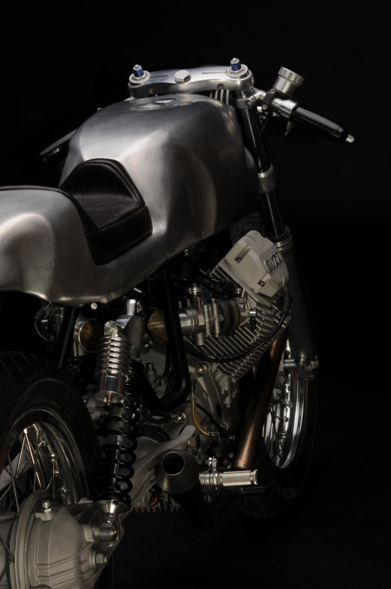 Moto-Guzzi-V7-Classic-Rear-740x1114